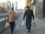 武汉小区全封闭:领导干部帮居民买菜买药看大门