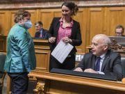 """""""不摘掉就出去!""""瑞士女议员戴口罩竟被逐出会议…"""