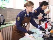 颜值和厨艺都很高:看俄空降部队女兵比赛下厨做饭