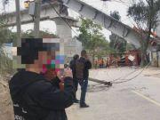 福州桥梁发生倒塌 一头翘起一头扎进地面 工程车坠落变形