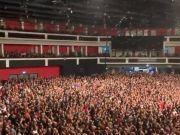 英国一乐队疫情期间照办演唱会,乐迷挤爆现场