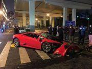监控实拍!上海一兰博基尼跑车失控 车头一秒撞碎