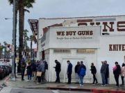 """美国疫情扩散引发恐慌 民众疯狂购入枪支弹药寻求""""自我保护"""""""