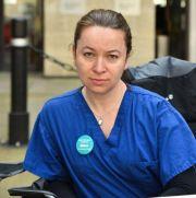 英国医生含泪痛斥政府,称医院是屠宰场,他们只能戴纸口罩等死