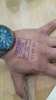 """印度给需隔离的乘客手上盖戳 上面标有""""需隔离14天""""的字样"""