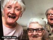 英国3位老奶奶闺蜜抱团隔离 要住一起喝酒才开心