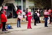 大量美医护人员逃离医院走上街头抗议:我们不想死,羡慕中国同行