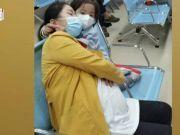 重庆某医院内3岁女儿陪着二胎妈妈产检,给妈妈当起人肉枕头