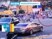 太吓人了!出租车撞倒小学生未刹车再撞奥迪现场图曝光