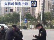 央视:三名协管当街围殴流动摊贩,拳打脚踢下手狠