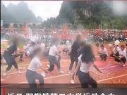 运动会上中学生跳舞撩上衣引争议,校方回应,领舞女生面临自闭