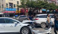 首例!东莞一无人驾驶出租车被撞 视频拍下惊险全过程