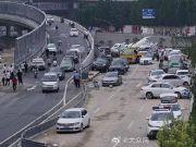 郑州暴雨后48小时:被淹的京广路隧道昼夜排水不停,行人、电动车为躲积水借道高架