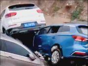"""郑州遭受百年不遇暴雨,众多车辆被冲走""""叠罗汉"""""""