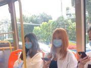 深圳一男子坐公交看美女目不斜视,女子:大叔别再看了,你不配