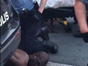 人权?美国黑人被警察跪压不停哀求,最终窒息而亡,如何评价?