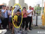 安徽考生考场外跪谢母亲,如今考分达985录取线,以后我们是否也要仿效他的行为?