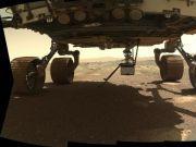 "NASA ""机智号"" 火星直升机最新照片:充电保温中,四脚已全部放下"