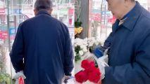老人每周为亡妻买3支玫瑰