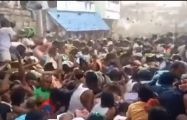 印度上千村民互扔牛粪送祝福