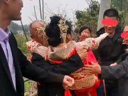 湖北一对新人结婚,新娘被公公抱在怀中大喊:不要爸爸抱