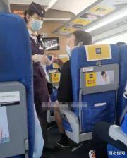 十分嚣张!外国男子乘火车不戴口罩,还辱骂邻座阿姨