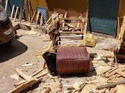 男子劈开路边捡的旧沙发,里面竟然有金子和大摞现金