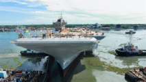 200吨粪水直冲4万吨航母,甲板化身为一片粪海,21人当场死亡