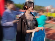 青岛大学运动会举牌女生火了,好像仙女下凡,高考生直言要考青大