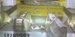 上海一女子地铁站内晕倒 头发直接卷进扶梯