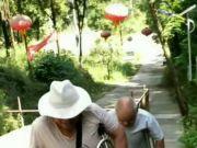 残疾老人欲进寺庙被拒遭推倒在地:缺胳膊少腿不能进