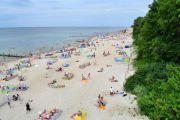 一对波兰情侣在海滩当众亲密,愤怒的游客用拖鞋强行将他们驱离