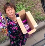 """河南大姨给被困司机""""霸总式""""发方便面:一袋不中!必须两袋"""