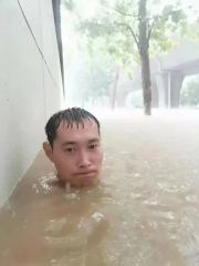 千年一遇暴雨中,郑州小伙没脖子的照片火遍全网,刚刚确认平安了