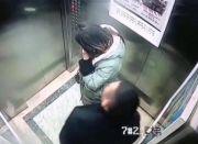 """男子在电梯里撒尿 尾随女子炫耀""""尺寸"""""""