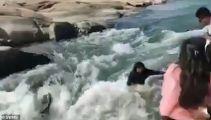 警惕!女子河边自拍被游客挤入激流卷走身亡