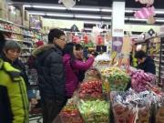 5岁女孩在超市被怀疑偷东西,脱下她的外套,店员感动落泪!