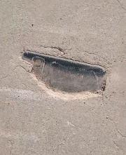男子遛弯发现3年前丢的手机:竟镶嵌在水泥路里