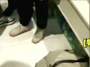 男子戴假发扮女装在影院女厕偷拍被抓现行