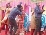 新郎因摄影师离新娘太近猛扇对方耳光,新娘反应救全场