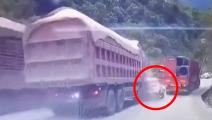 胆小误入!监控实拍3车追尾交通事故,小车太惨了!