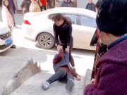 儿媳强行在地上拖拽老人,路人报警,原因惹争议