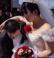 新娘被怼脸狂喷彩带,下一秒当场发飙