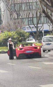 """重庆""""帽子姐""""再亮相!座驾换成法拉利 豪横不减当年"""