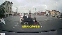 电动车载人闯红灯2人被撞飞,行车记录仪拍下恐怖瞬间