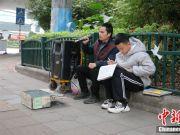 耳边有歌,眼里有光!少年街头读书陪盲父卖唱
