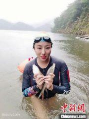 """爱上冬泳的""""80后""""美女:疫情期间开播成""""网红"""""""