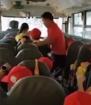 校车司机暴力拖拽小学生,校车公司:将解雇该司机