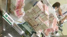 刷屏!百万粉丝大V怒怼银行,当场取走500万现金,发生了什么?点钞花了2小时